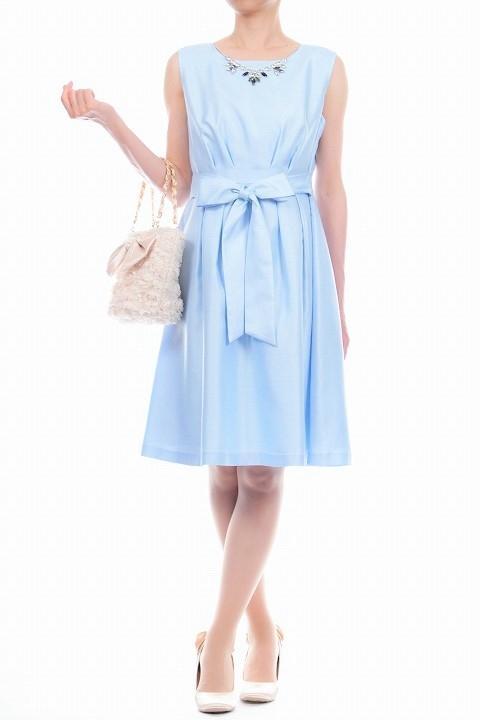 2a644a4171d23 お客様のパソコン画面の明るさ設定や部屋の照明・屋内・屋外等でドレスの色味が変わります。ドレスの色味は生地のアップ画像が比較的近いと思われます。